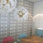Design Concrete House Wohnzimmer mit Design Tapete und Pendelleuchten