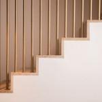 Treppe mit goldenen Streben in Design Haus