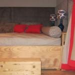 Bett mit Design Tischlampen