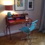 Arbeitszimmer mit blauem Bürostuhl