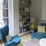 Interior Design Wohnzimmer mit blauem Sofa und blauen Stuhl