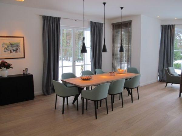 Interior Design Esstisch mit schwarzen Design Pendelleuchten
