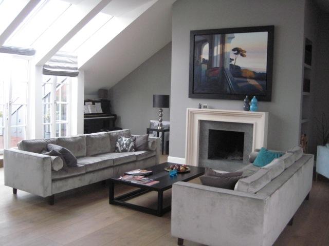 Wohnzimmer mit zwei Design Sofas und Kamin