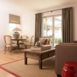 Interior Design Gästehaus Wohnzimmer mit Sofa, Designstühlen und Holztisch Loher