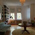 Interior Design Wohnraum mit rundem Tisch und Design-Sofa Yasemin Loher