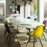 Design Stühle in gelb mit Mamortisch von Yasemin Loher
