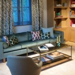 Design Wohnzimmer mit Sofa, Glasbeistelltisch und Designstuhl von Yasemin Loher