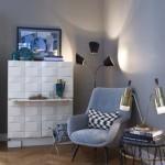 Design Wohnzimmer mit weißem Designer-Schrank und Stehleuchte Gestaltung Yasemin Loher