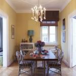 Design Esszimmer mit Tisch, Stühlen und Kronleuchter by Yasemin Loher