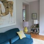 Interior Design Wohnzimmer mit blauem Sofa von Yasemin Loher gestaltet